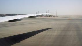 Μια τεράστια περιοχή του αερολιμένα σε μια καυτή ηλιόλουστη χώρα Συγχώνευση ουρανού και γης στον ορίζοντα απόθεμα βίντεο