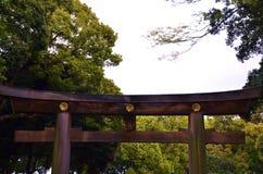 Μια τεράστια όμορφη ξύλινη πύλη στοκ εικόνες με δικαίωμα ελεύθερης χρήσης