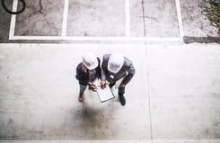 Μια τοπ άποψη ενός βιομηχανικού μηχανικού ανδρών και γυναικών με την περιοχή αποκομμάτων σε ένα εργοστάσιο στοκ φωτογραφία με δικαίωμα ελεύθερης χρήσης
