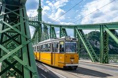 Μια τροχιοδρομική γραμμή στη γέφυρα ελευθερίας στη Βουδαπέστη, Ουγγαρία Στοκ Εικόνες