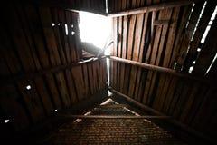 Μια τρύπα στην ξύλινη στέγη στοκ εικόνες με δικαίωμα ελεύθερης χρήσης
