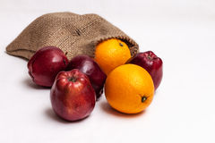 Μια τσάντα των ώριμων μήλων και των πορτοκαλιών Στοκ εικόνα με δικαίωμα ελεύθερης χρήσης