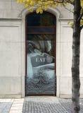 Μια τυπωμένη ύλη με τις τρούφες σε ένα παράθυρο Στοκ Φωτογραφία