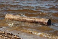 Μια υγρή σύνδεση το νερό στην ακτή Στοκ φωτογραφία με δικαίωμα ελεύθερης χρήσης