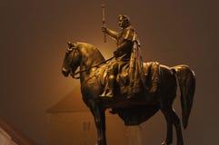 Μια υδρονέφωση βραδιού τυλίγει το άγαλμα του βασιλιά Ludwig στο άλογό του στο Ρέγκενσμπουργκ, Βαυαρία, Γερμανία στοκ φωτογραφία