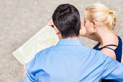 Μια υπερυψωμένη άποψη του ζεύγους που εξετάζει το χάρτη στοκ φωτογραφία με δικαίωμα ελεύθερης χρήσης