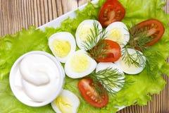 Μια υπερυψωμένη φωτογραφία της φυτικής σαλάτας με τη μαγιονέζα, τα βρασμένα αυγά ορτυκιών, τον άνηθο, τη φρέσκα ντομάτα και το μα Στοκ φωτογραφία με δικαίωμα ελεύθερης χρήσης