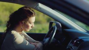 Μια λυπημένη γυναίκα κάθεται στο αυτοκίνητο ανατρέψτε πολύ Κατάθλιψη, προβλήματα γυναικών ` s απόθεμα βίντεο