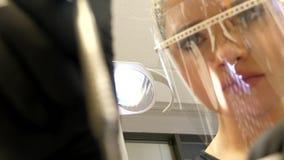 Μια υπομονετική συνεδρίαση στους οδοντιάτρους προεδρεύει και ένας νέος οδοντίατρος εξετάζει τα δόντια του απόθεμα βίντεο