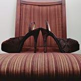 Μια υψηλή θέση τακουνιών νυφών σε μια καρέκλα Στοκ φωτογραφία με δικαίωμα ελεύθερης χρήσης