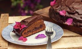 Μια φέτα ενός κέικ σοκολάτας στο πιάτο Στοκ Φωτογραφία