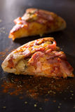 Μια φέτα της πίτσας είναι σε ένα πιάτο πετρών Στοκ φωτογραφίες με δικαίωμα ελεύθερης χρήσης