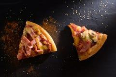 Μια φέτα της πίτσας είναι σε ένα πιάτο πετρών Στοκ φωτογραφία με δικαίωμα ελεύθερης χρήσης