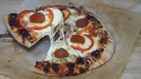 Μια φέτα της τεμαχισμένης πίτσας απόθεμα βίντεο