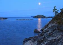Μια φεγγαρόφωτη νύχτα στη λίμνη Ladoga στοκ φωτογραφία με δικαίωμα ελεύθερης χρήσης