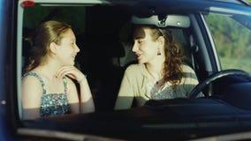 Μια φιλική συνομιλία μεταξύ της μητέρας μου και της κόρης της ως έφηβο Κάθονται μέσα στο αυτοκίνητο αμοιβαία κατανόηση απόθεμα βίντεο