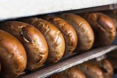 Μια φραντζόλα του ψωμιού στο ράφι για το εργοστάσιο ψωμιού Στοκ Εικόνες