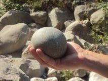 Μια φυσικά διαμορφωμένη πέτρα ποταμών στοκ φωτογραφία με δικαίωμα ελεύθερης χρήσης