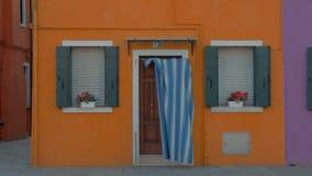 Μια φωτεινή κίτρινη πρόσοψη ενός μικρού σπιτιού σε Burano, Ιταλία απόθεμα βίντεο