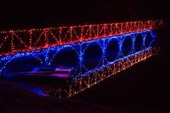 Μια φωτισμένη γέφυρα πετά το φως της σε μια βάρκα κωπηλασίας στοκ φωτογραφία με δικαίωμα ελεύθερης χρήσης
