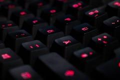 Μια φωτογραφία από ένα μαύρο πληκτρολόγιο με τα κόκκινα φώτα στοκ εικόνες με δικαίωμα ελεύθερης χρήσης