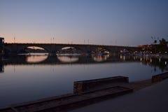 Μια φωτογραφία βραδιού που λαμβάνεται της γέφυρας του Λονδίνου στην πόλη Havasu λιμνών, AZ στοκ φωτογραφίες με δικαίωμα ελεύθερης χρήσης