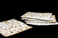 Μια φωτογραφία δύο κομματιών του matzah ή του matza που απομονώνεται στο μαύρο υπόβαθρο Matzah για τις εβραϊκές διακοπές Passover Στοκ φωτογραφίες με δικαίωμα ελεύθερης χρήσης