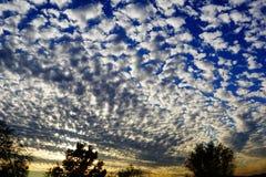 Μια φωτογραφία ενός ηλιοβασιλέματος με τα χνουδωτά σύννεφα στοκ φωτογραφίες με δικαίωμα ελεύθερης χρήσης