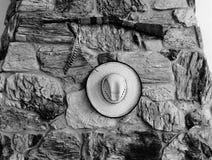 Μια φωτογραφία ενός καπέλου κάουμποϋ σε γραπτό στοκ εικόνες με δικαίωμα ελεύθερης χρήσης