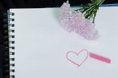Μια φωτογραφία κινηματογραφήσεων σε πρώτο πλάνο της ρόδινης ντάλιας στο άσπρο sketchbook στοκ φωτογραφία με δικαίωμα ελεύθερης χρήσης