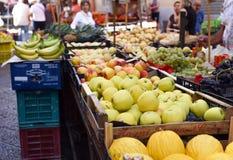 Μια φωτογραφία μιας αγοράς Vucciria οδών τροφίμων στη Σικελία, Ιταλία - 10 09 2017 Στοκ φωτογραφία με δικαίωμα ελεύθερης χρήσης