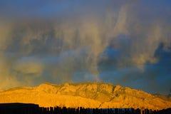Μια φωτογραφία των άγριων σύννεφων πέρα από τα βουνά Sandia στοκ εικόνα με δικαίωμα ελεύθερης χρήσης
