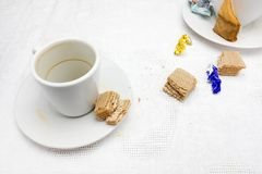 Μια φωτογραφία των βρώμικων φλυτζανιών, της χρησιμοποιημένης τσάντας τσαγιού, του περιτυλίγματος καραμελών σοκολάτας και των ξηρώ Στοκ Εικόνες