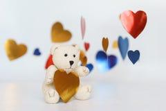 Μια φωτογραφία Teddy αντέχει την καρδιά αιχμηρή με το άσπρο υπόβαθρο στοκ εικόνες