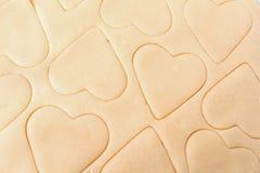 Ζύμη για τα μπισκότα Μια φόρμα για τα τέμνοντα μπισκότα υπό μορφή καρδιάς Ημέρα βαλεντίνων του ST r στοκ εικόνες με δικαίωμα ελεύθερης χρήσης