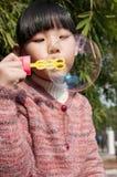 Μια χαριτωμένη φυσαλίδα σαπουνιών παιχνιδιού κοριτσιών Στοκ φωτογραφία με δικαίωμα ελεύθερης χρήσης