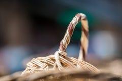Μια χειροποίητη ψάθινη λαβή καλαθιών έκανε με τα φυσικά υλικά Στοκ Εικόνες