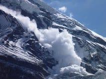 Μια χιονοστιβάδα στην κλίση Dhaulagiri στοκ φωτογραφίες