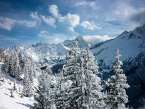 Μια χιονώδης σκηνή βουνών στις γαλλικές Άλπεις στοκ εικόνες