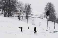 Μια χιονώδης χειμερινή σκηνή με το μειωμένο χιόνι στο σιδηροδρομικό σταθμό από την Καρπάθια περιοχή, της Ουκρανίας, Ευρώπη Στοκ Εικόνες