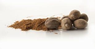 Μια χούφτα των nutmegs και λίγης απόλαυσης του ίδιου προϊόντος στοκ φωτογραφία με δικαίωμα ελεύθερης χρήσης
