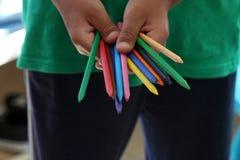 Μια χρωματισμένα εκμετάλλευση μολύβια αγοριών στοκ εικόνες με δικαίωμα ελεύθερης χρήσης