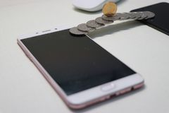 Μια χτισμένη νόμισμα γέφυρα συνδέει δύο την κινητή πληρωμή Œmobile phonesï ¼ στοκ φωτογραφία με δικαίωμα ελεύθερης χρήσης