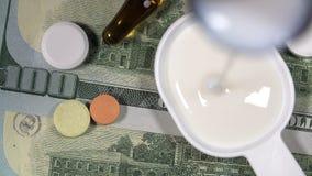 Μια χύνοντας ιατρική βήχα μπουκαλιών ή ένα ιατρικό σιρόπι σε ένα κουτάλι απόθεμα βίντεο