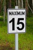 Μια ψαρευμένη άποψη ενός μέγιστου σημαδιού 15 ορίου ταχύτητας Στοκ Εικόνα
