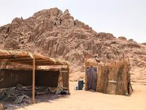 Μια ψιλή, εξαθλιωμένη, εύθραυστη, εύθραυστη φτωχή κατοικία, ένα βεδουίνο κτήριο φιαγμένο από άχυρο, κλαδίσκοι σε μια αμμώδη καυτή στοκ εικόνες
