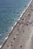 Μια όμορφη άποψη που εξετάζει κάτω από την παραλία Konyaalti Plaji σε Antalya στην Τουρκία Στοκ εικόνα με δικαίωμα ελεύθερης χρήσης