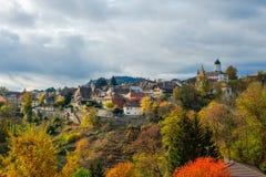Μια όμορφη άποψη του ιστορικού χωριού Aubonne, Ελβετία σε ένα φανταστικό ζωηρόχρωμο τοπίο φθινοπώρου στοκ εικόνες