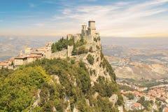 Μια όμορφη άποψη του πύργου Guaita στο υποστήριγμα Monte Titano στη Δημοκρατία του Άγιου Μαρίνου στοκ εικόνες