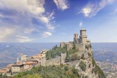 Μια όμορφη άποψη του πύργου Guaita στο υποστήριγμα Monte Titano στη Δημοκρατία του Άγιου Μαρίνου στοκ εικόνα